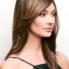 Vista lateral de la peluca Brandi de la colección Amore