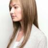 Vista lateral de la peluca Stevie de la colección Amore