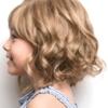 Vista lateral de la peluca Elsie de la colección Amore